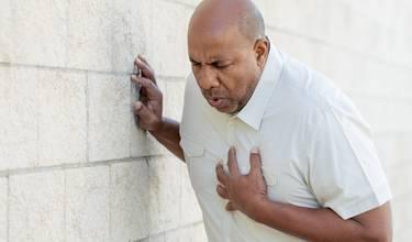 smärta i bröstet kommer och går